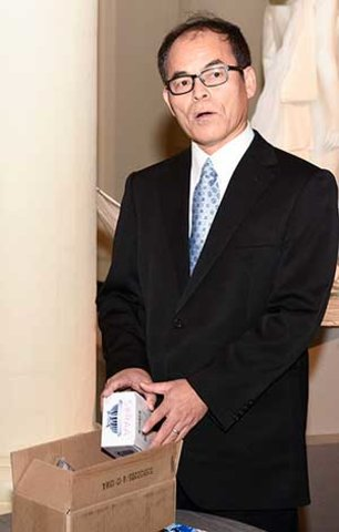 Shuji Nakamura presenting his gift to the Nobel Museum's collection: a white LED lamp, during the 2014 Nobel Laureates' Get together on 6 December 2014.