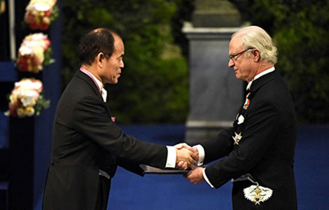 Shuji Nakamura receiving his Nobel Prize from His Majesty King Carl XVI Gustaf of Sweden.