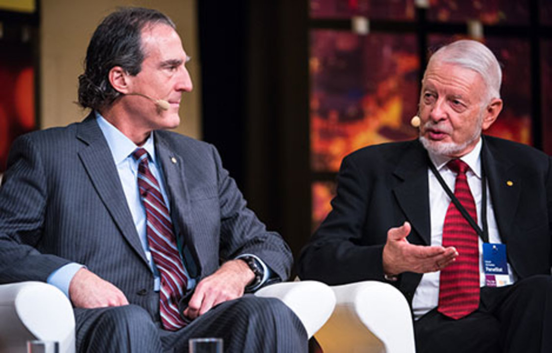 Craig C. Mello (left) and 2000 Laureate in Economic Sciences Daniel McFadden (right), discussed 'The Biology of Ageing' at the 2014 Nobel Week Dialogue, on 9 December 2014.