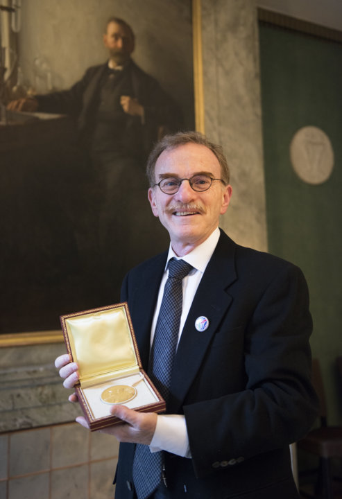 Randy W. Schekman showing his Nobel Medal during his visit to the Nobel Foundation