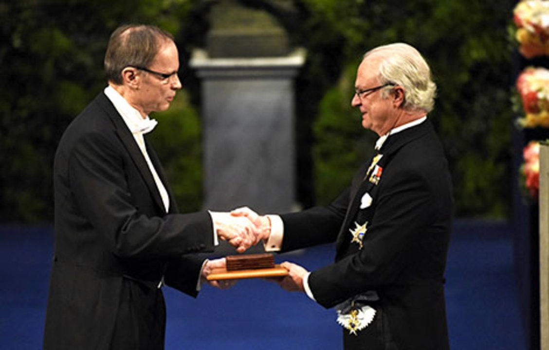 Jean Tirole receiving his Prize from His Majesty King Carl XVI Gustaf of Sweden.