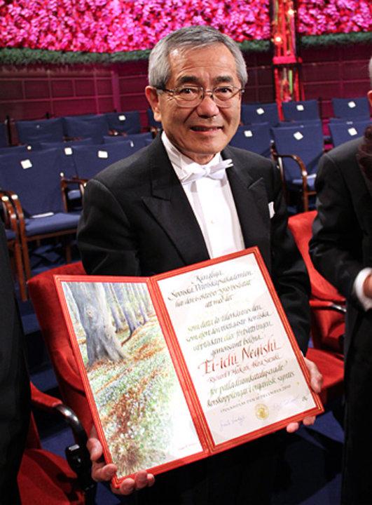 Ei-ichi Negishi showing his Nobel diploma
