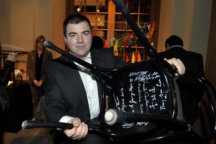 AKonstantin Novoselov autographs a chair