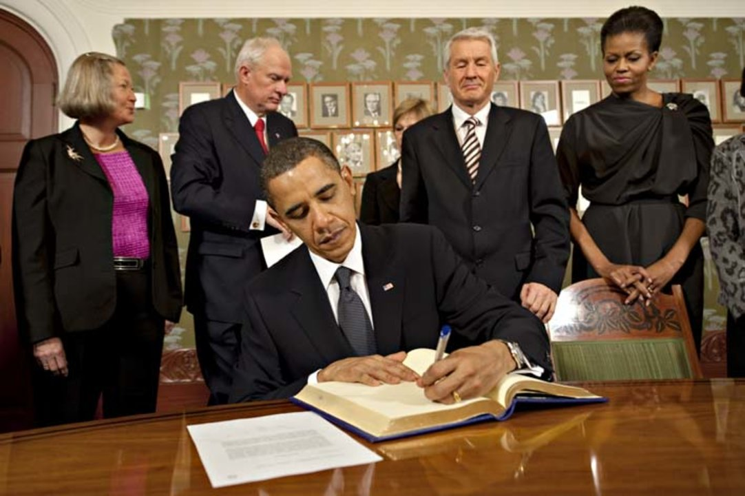 Barack H. Obama signs the guest book at the Norwegian Nobel Institute.
