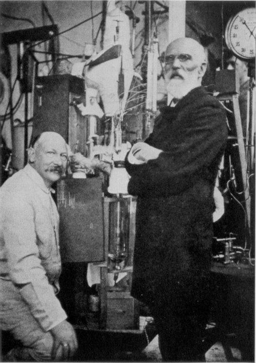 Heike Kamerlingh Onnes and Johannes Diderik van der Waals in Leiden in front of the helium-'liquefactor', 1908