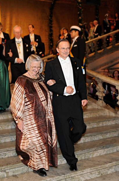 Laureate in Economic Sciences Elinor Ostrom arrives to the Nobel Banquet accompanied by Nobel Laureate in Physiology or Medicine Jack W. Szostak
