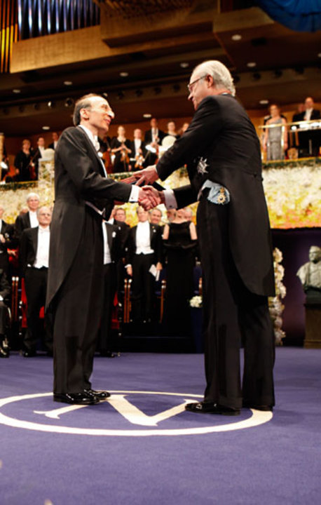 Saul Perlmutter receiving his Nobel Prize from His Majesty King Carl XVI Gustaf