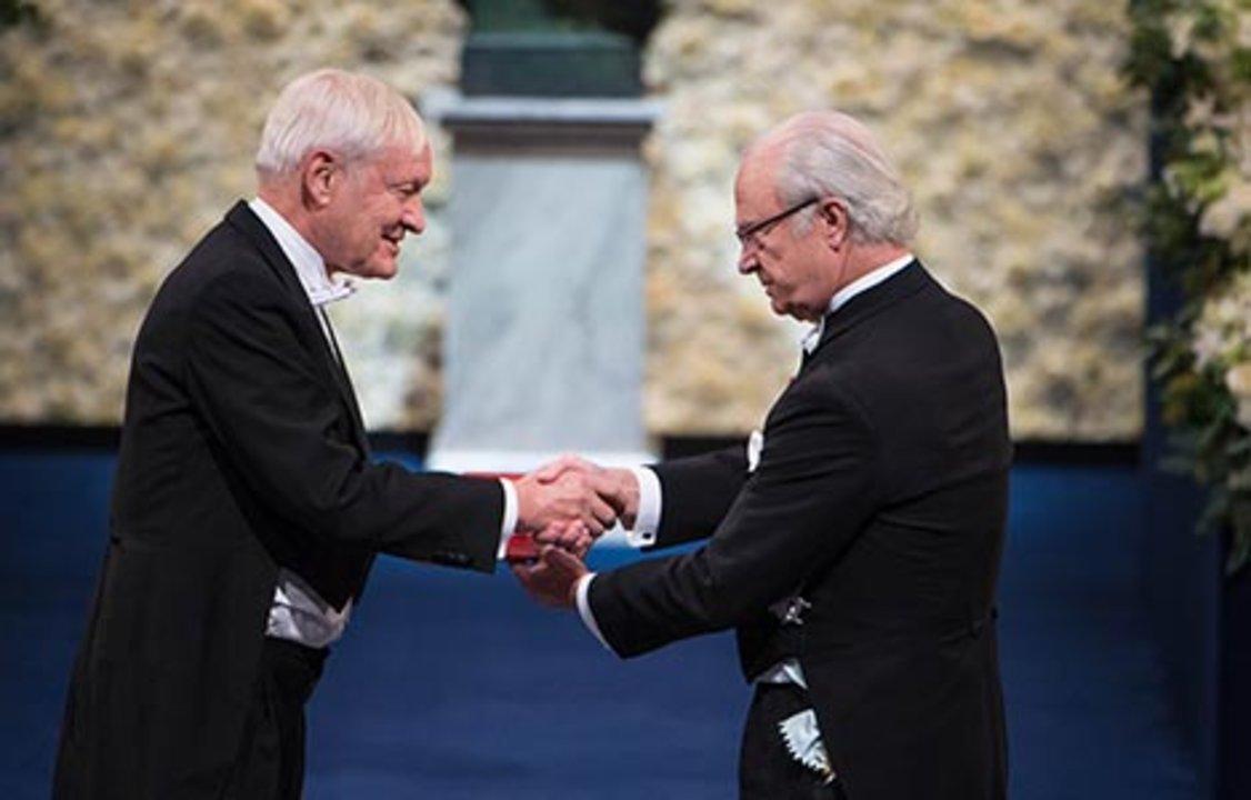 Joachim Frank receiving his Nobel Prize from H.M. King Carl XVI Gustaf of Sweden