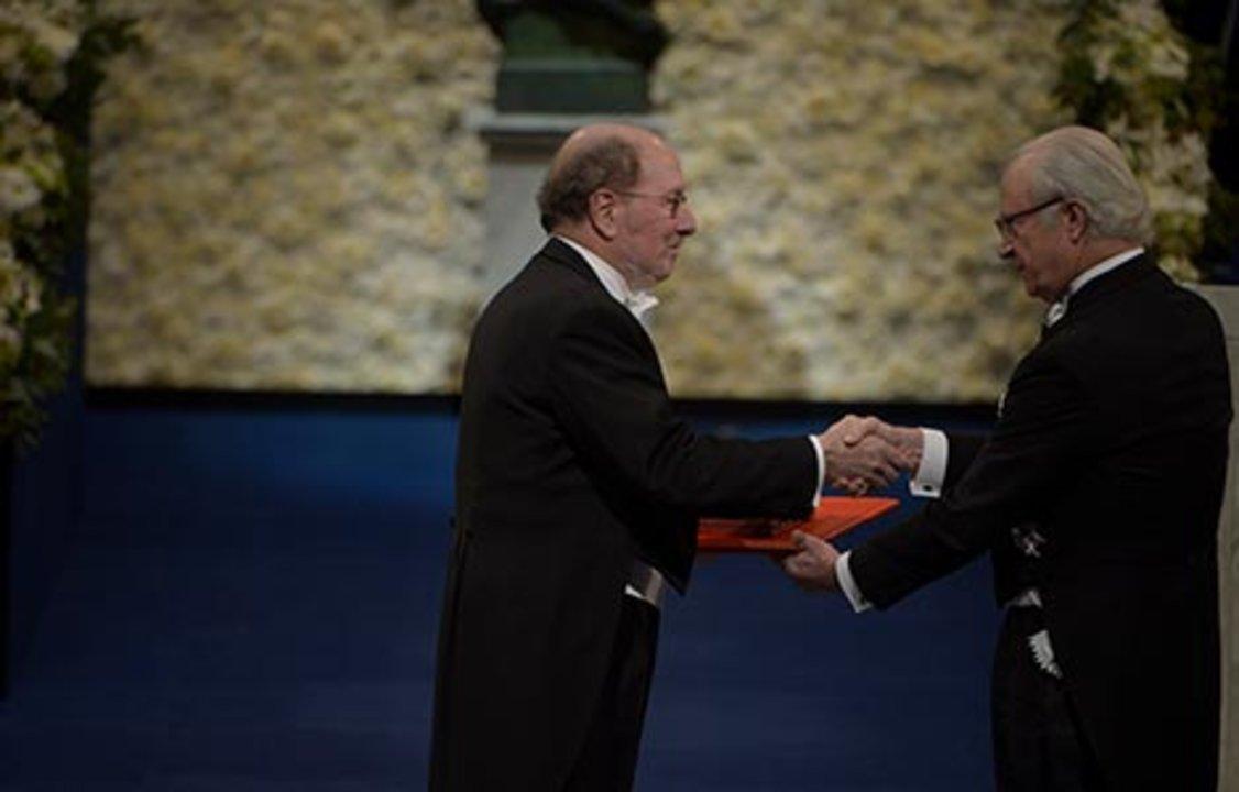 Jeffrey C. Hall receiving his Nobel Prize from H.M. King Carl XVI Gustaf of Sweden
