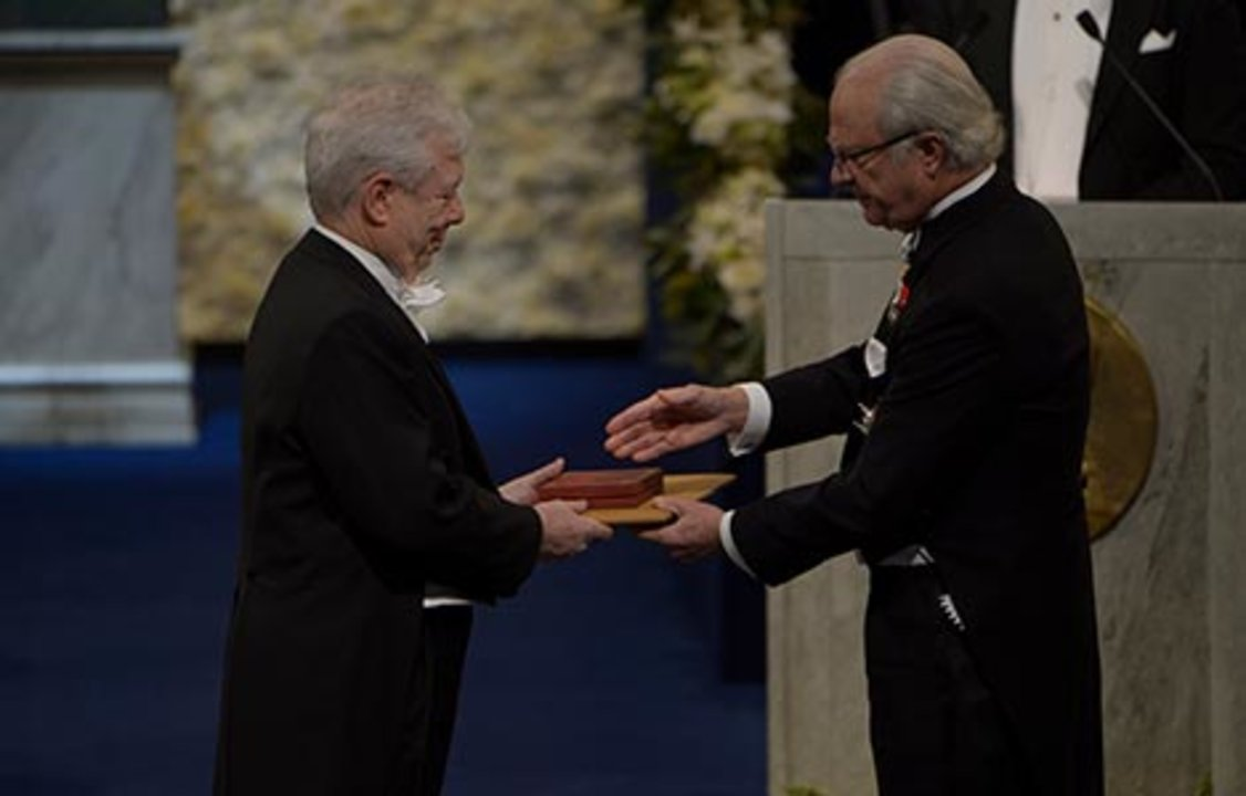 Richard H. Thaler receiving his Prize from H.M. King Carl XVI Gustaf of Sweden