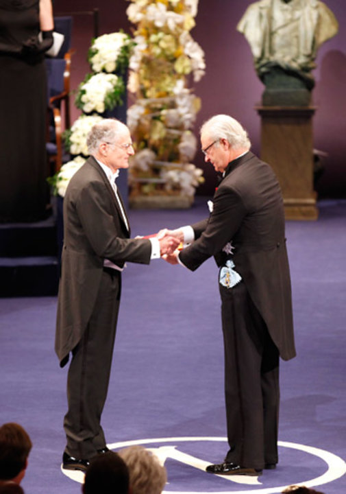 Thomas J. Sargent receiving his Prize from His Majesty King Carl XVI Gustaf of Sweden