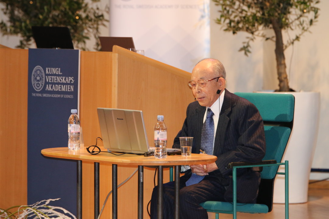 Isamu Akasaki delivering his Nobel Lecture.