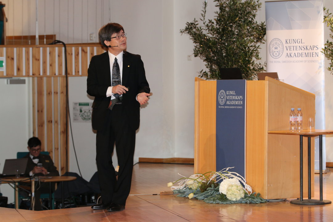 Hiroshi Amano delivering his Nobel Lecture.