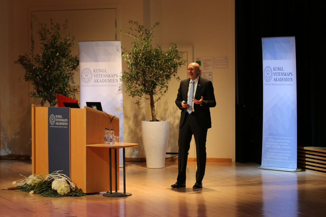 Stefan W. Hell delivering his Nobel Lecture.