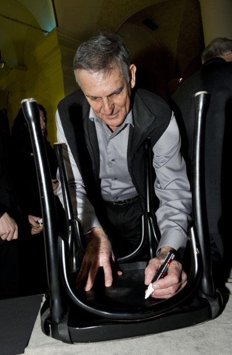 Dan Shechtman autographs a chair