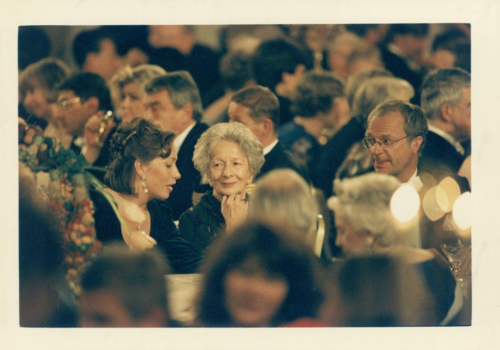 Wislawa Szymborska at banquet Bild kuvert S 049