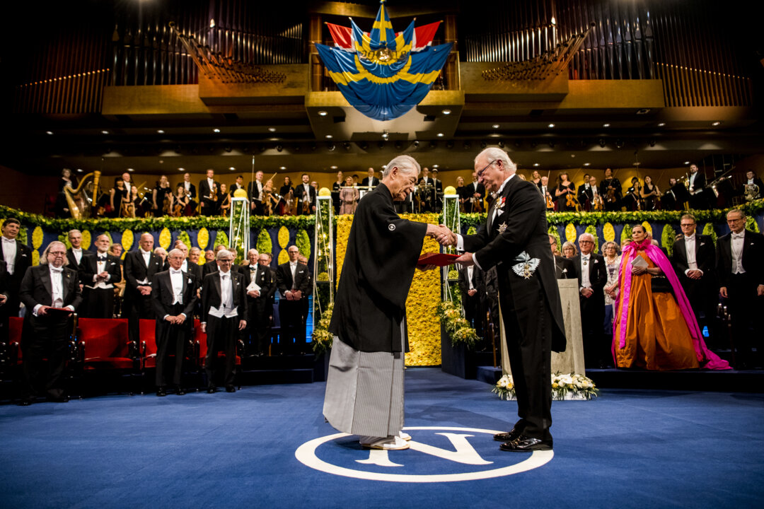 Tasuku Honjo receiving his Nobel Prize