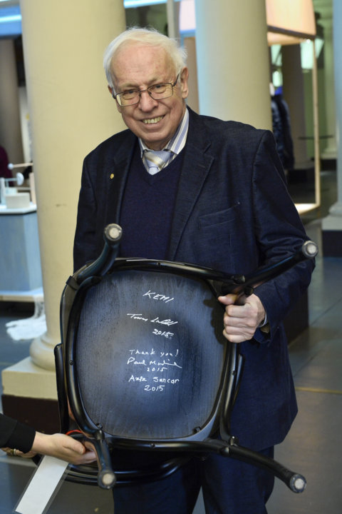 Nobel Laureate Tomas Lindahl and the autographed chair at the Nobel Museum in Stockholm.