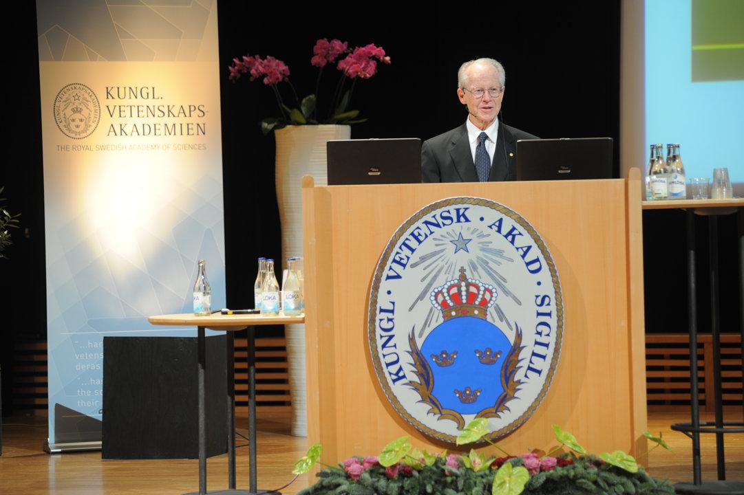 Oliver Williamson delivering his Prize Lecture