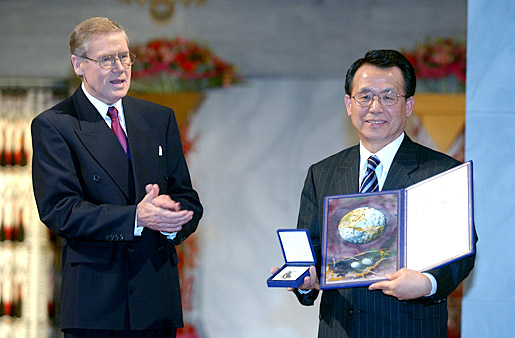 Han Seung-soo, President of the U.N. General Assembly, receiving   the Nobel Peace Prize