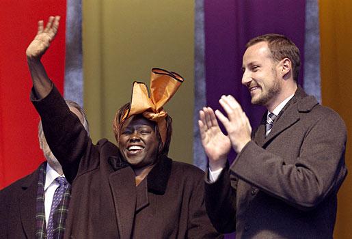 Wangari Maathai waves to children