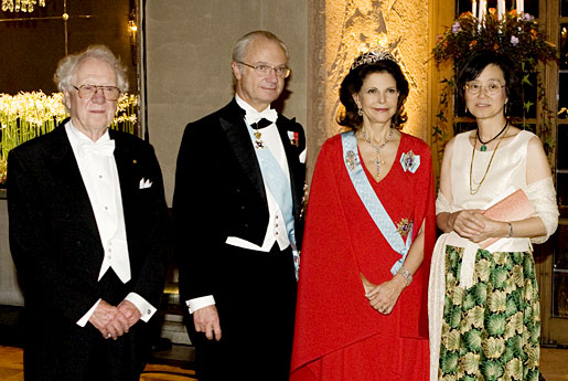 Their Majesties Queen Silvia and King Carl XVI Gustaf of Sweden with Oliver Smithies and his wife, Professor Nobuyo Maeda at the Nobel Banquet