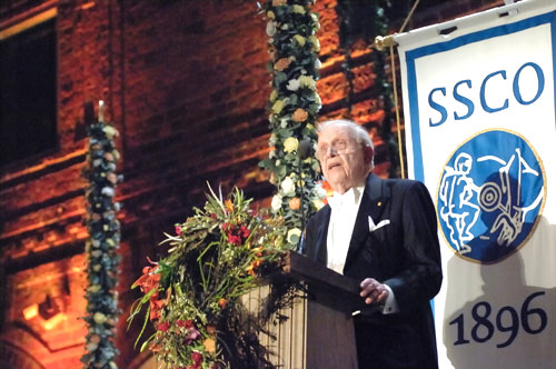 Roy J. Glauber delivering his banquet speech.