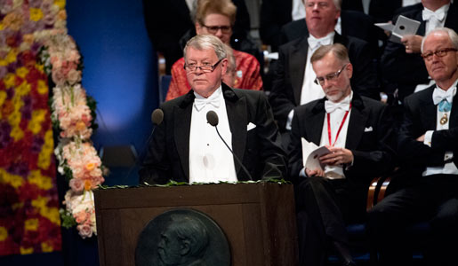 Professor Björn Jonson presenterar Nobelpriset i fysik 2010 i Stockholms Konserthus