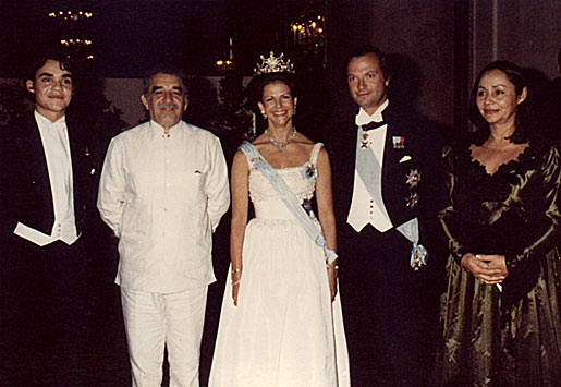 Their Majesties Queen Silvia and King Carl XVI Gustaf of Sweden pose with Gabriel García Márquez (second from left) and his family