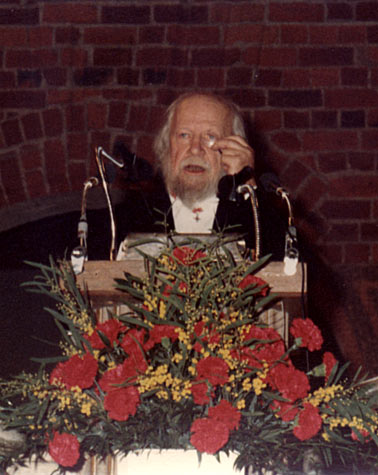William Golding delivering his banquet speech.
