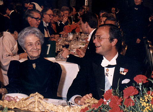 Rita Levi-Montalcini and HM King Carl XVI Gustaf of Sweden enjoy a light moment at the Nobel Banquet in the Stockholm City Hall