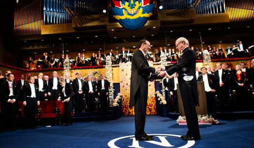 Alvin E. Roth receiving his Prize from His Majesty King Carl XVI Gustaf
