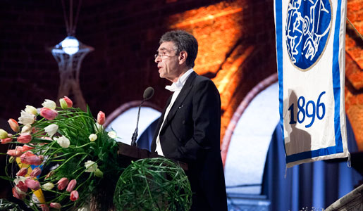 Robert J. Lefkowitz delivering his banquet speech.