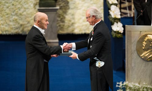 Eugene F. Fama receiving his Prize from His Majesty King Carl XVI Gustaf