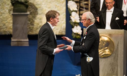Lars Peter Hansen receiving his Prize from His Majesty King Carl XVI Gustaf