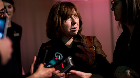 Svetlana Alexievich presenting her gift to the Nobel Museum's collection: one of her five tape recorders.