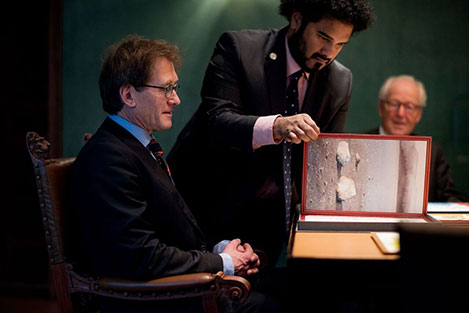 Bernard L. Feringa takes a look at his Nobel diploma