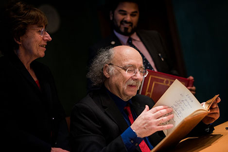 F. Duncan M. Haldane takes a look in the Nobel Foundation's guest book