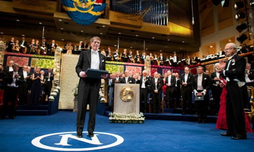 Lars Peter Hansen receiving his Prize from His Majesty King Carl XVI Gustaf of Sweden