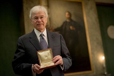Bengt Holmström showing his Prize Medal during his visit to the Nobel Foundation.