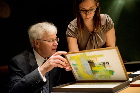 Bengt Holmström showing his Diploma during his visit to the Nobel Foundation.