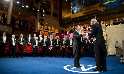 Michael Levitt receiving his Nobel Prize from His Majesty King Carl XVI Gustaf of Sweden