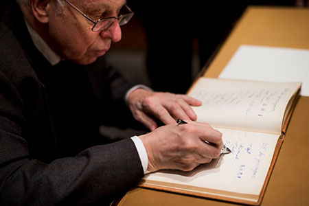 Tomas Lindahl signs the Nobel Foundation's guest book, signed by the Laureates since 1952, during his visit to the Nobel Foundation on 12 December 2015.