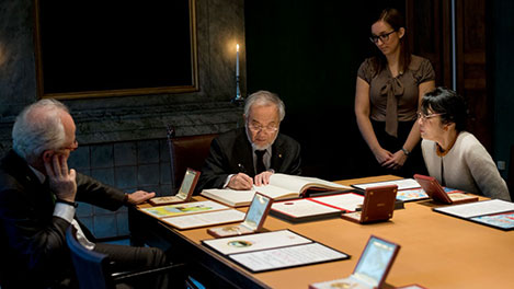 Yoshinori Ohsumi signs the Nobel Foundation's guest book