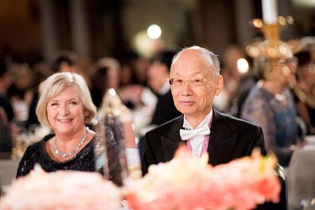 Satoshi Ōmura (right) and Ulla Löfven (left) at the Nobel Banquet.