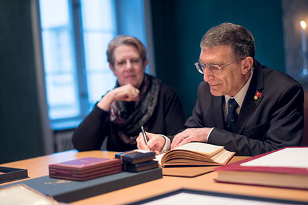 Aziz Sancar signs the Nobel Foundation's guest book, signed by the Laureates since 1952, during his visit to the Nobel Foundation on 12 December 2015.