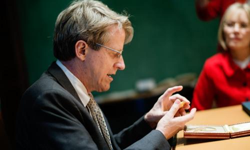 Robert J. Shiller having a closer look at his Prize Medal