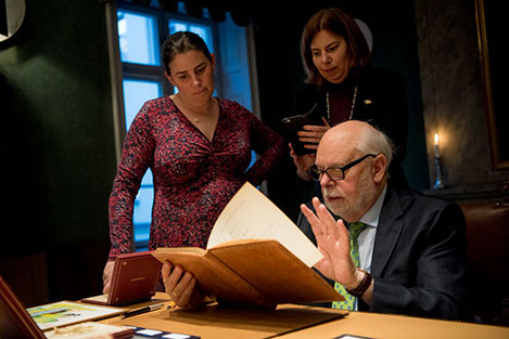 Sir J. Fraser Stoddart takes a look in the Nobel Foundation's guest book