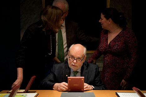 Sir J. Fraser Stoddart takes a closer look at his Nobel Medal during his visit to the Nobel Foundation on 12 December 2016.
