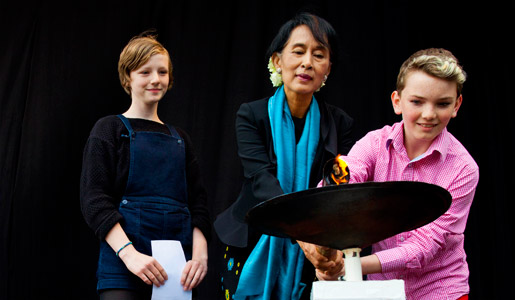 Aung San Suu Kyi lights the flame of peace with Alva (12) and Vetle (12) from Save the Children